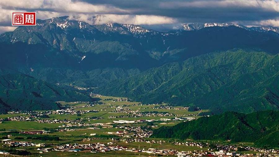 被八海山環繞的南魚沼市,是新潟著名的穀倉。(圖/商業周刊,八海釀造株式會社提供)