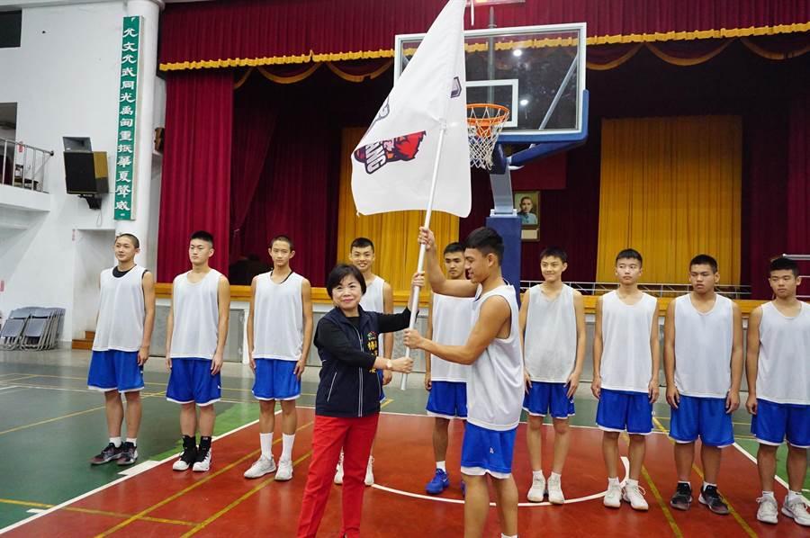 台中市副市長楊瓊瓔(左)授旗神岡國中男籃,並勉勵選手們發揮戰力,爭取佳績。(王文吉攝)