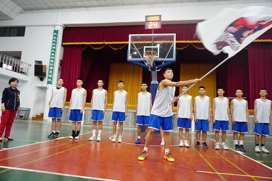 神岡國中男籃球員代表揮舞戰旗,隊員們士氣高昂。(王文吉攝)