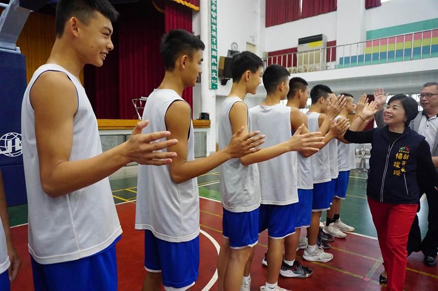 台中市副市長楊瓊瓔與選手一一擊掌,預祝旗開得勝,球員們士氣高昂。(王文吉攝)