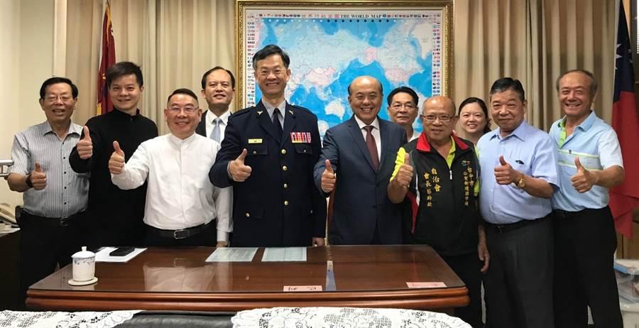 台中市警局三分局長陳武康12日上任,即受到內、外勤同仁、各級民意代表及警友熱烈歡迎。(馮惠宜攝)