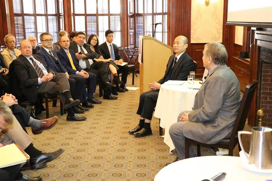 高雄市長韓國瑜參與哈佛大學閉門座談,據轉述,韓國瑜在問答環節提出「國防靠美國、科技靠日本、市場靠中國、努力要靠自己」口號。(圖/高雄市政府提供、中央社)