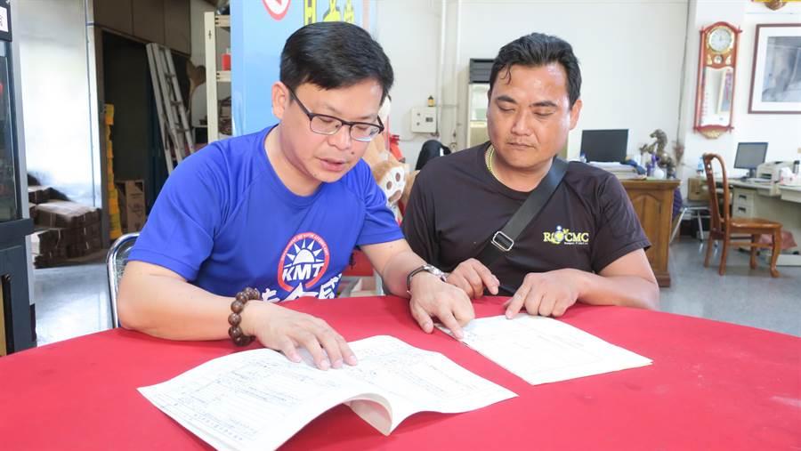 彰化縣議員曹嘉豪(左)協助比對陳益壽家族在日據時期、與光復之後的兩份戶籍資料。(謝瓊雲攝)