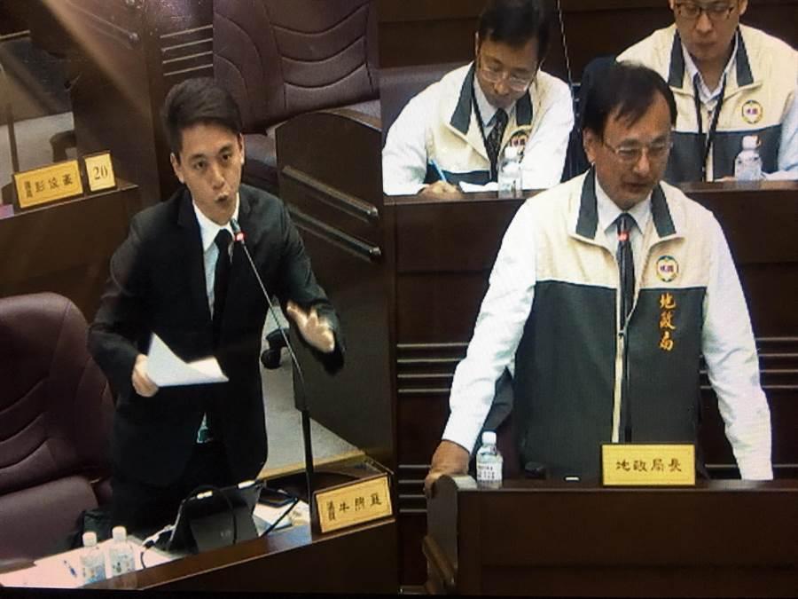市議員牛煦庭(左)認為賣地行為恐淪為公權力變現。(甘嘉雯攝)