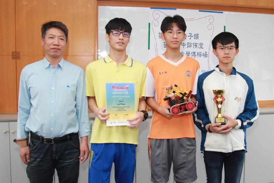 詹子頡(中)、鄒侑澄(左)、傅梓崵(右)自助出國比賽,在機器人世界杯新加坡公開賽,奪下救援機器人比賽高級組中的國際組第1名。(何冠嫻攝)