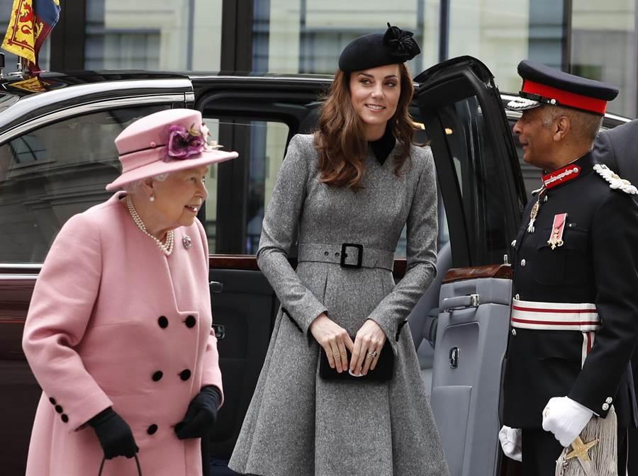 女王3月19日在凱特陪同下,造訪倫敦大學國王學院(King's College London),為重新整修的布希大樓(Bush House)舉行揭幕儀式。(美聯社)