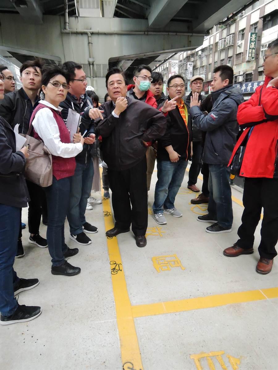 新北市交通局今(12日)再度實地會勘決定利用台64線快速道路高架橋下方空間作為機車、自行車停車場,並設置Youbike租借站。(葉書宏翻攝)