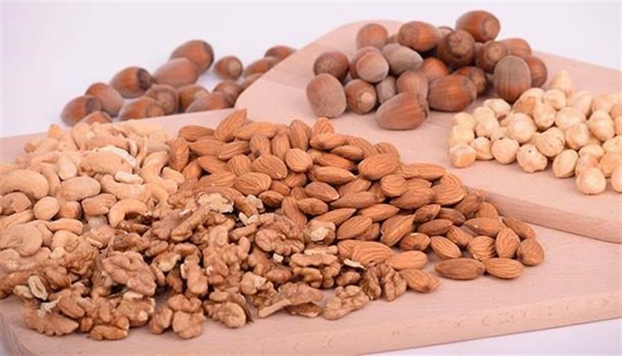 每天吃一把杏仁或核桃等堅果,絕對比糖果餅乾更有益身體。圖片來源:pixabay