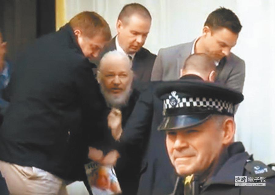 維基解密創辦人艾山吉昨天被捕。他被從厄瓜多駐英國大使館內直接抬出並立刻送到警局拘留,可以看到他滿臉鬍鬚非常狼狽。(大陸中央電視台)