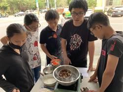 籌壯遊澎湖經費 家扶青少年自製餅乾夜市叫賣