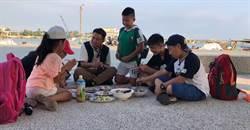 《下課花路米》小小背包客挑魚貨親下廚