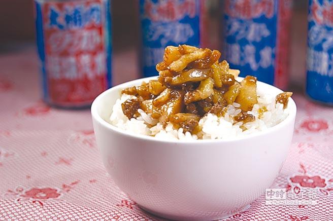 〈丰禾日麗〉的〈肉燥飯〉的肉燥,共用了豬腳、豬皮和豬頸3個部位先分別炒過再滷製,形色味皆很誘人。圖/姚舜