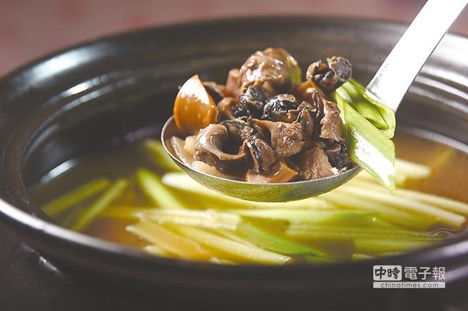 王品〈丰禾日麗〉的〈魷魚螺肉蒜〉用料豐富,除了日本螺肉和阿根廷魷魚外,湯內還有開陽、香菇、筍片和豬肉。圖/姚舜