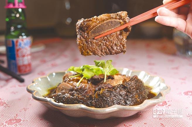 〈梅干菜扣牛肉〉是以油花豐富的美國帶骨牛小排取代豬五花肉,與味道鹹香並帶有甘味的梅干菜合蒸,成菜後風味與口感很誘人。圖/姚舜