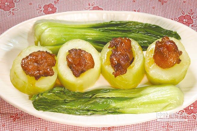 〈紅燒虎掌〉是將紅燒滷製的豬膝韌帶,鑲嵌在切段用雞湯煨過的大黃瓜內,是一道傳統的功夫手路菜。圖/姚舜
