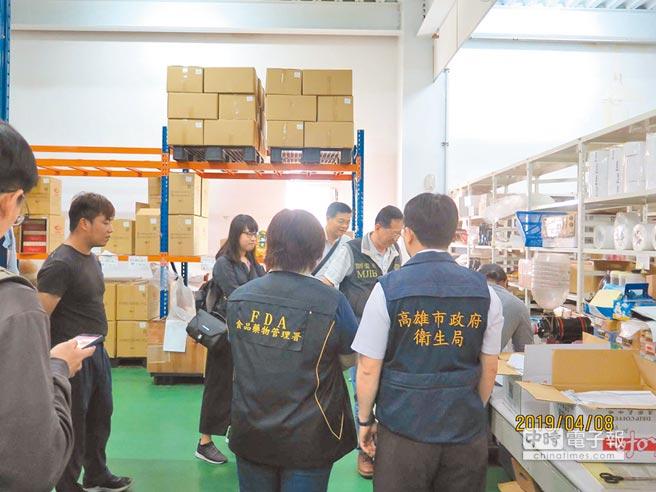 高市衛生局會同檢警調前往高雄岡山「伯享生技」調查,查獲過期及即期奶粉,混充其他原料再製。(柯宗緯翻攝)