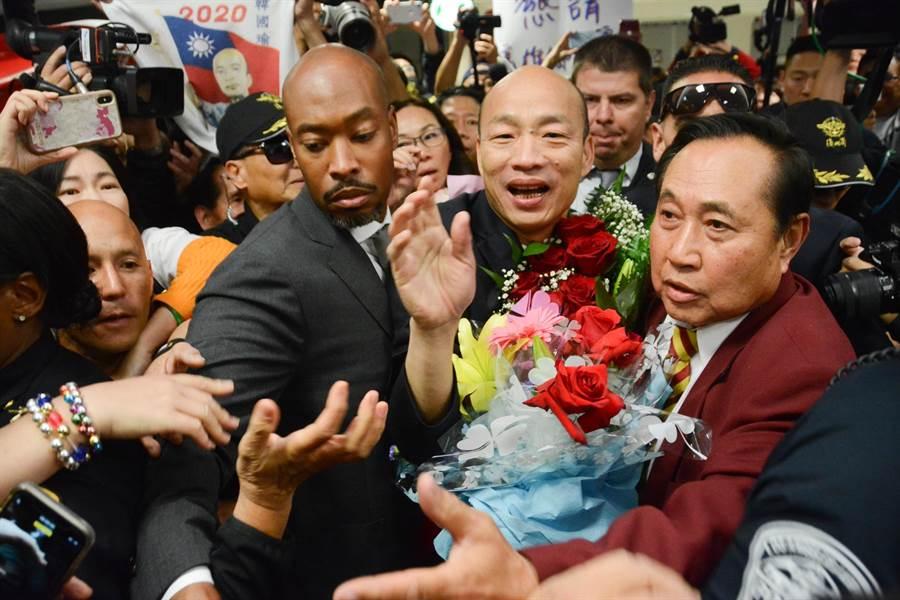 韓國瑜抵達洛杉磯,在機場接機的韓粉陷入瘋狂,場面頗為混亂。(林宏聰攝)