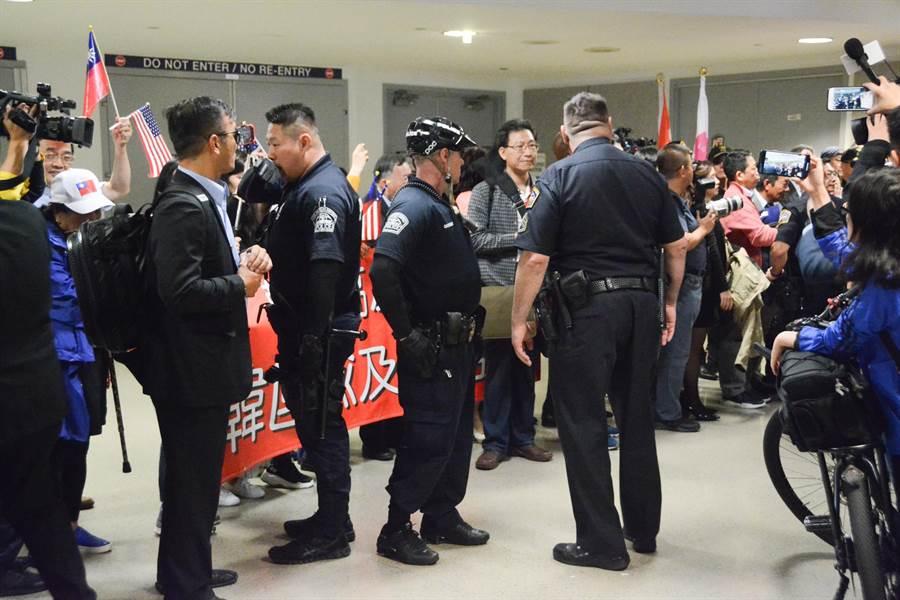 韓國瑜魅力驚人,僑胞接機人數超乎預期,連洛杉磯警方也嚇傻,緊急加派人力到機場維安,協助韓國瑜參訪團順利離開機場。(林宏聰攝)