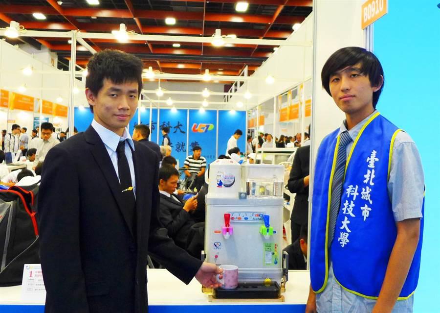 台北城市科大電通系榮獲金牌與特別獎的發明作品「盲人專用智能飲水機」。(台北城市科大提供)