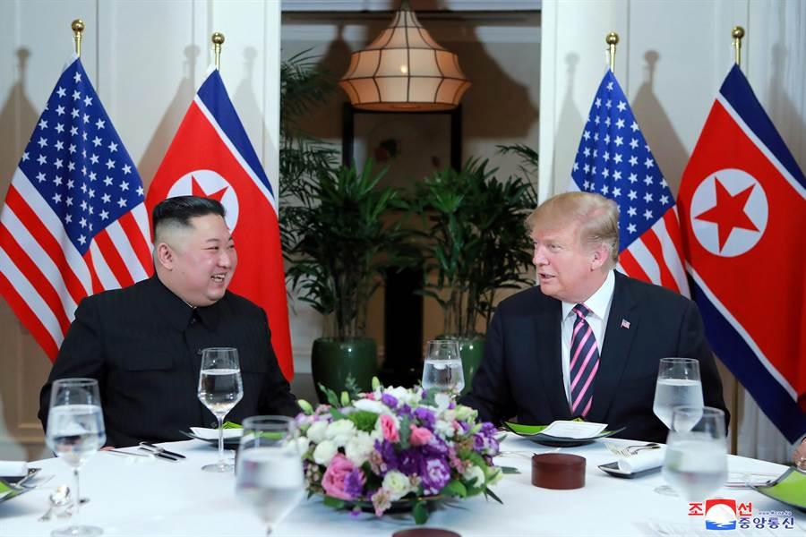 對於川金三會是否可能實現,北韓最高領導人金正恩13日表示要華府要改變立場,並給出期限「直到今年年底」。圖為川普與金正恩於2月河內高峰會共進晚宴,氣氛良好。(美聯社)