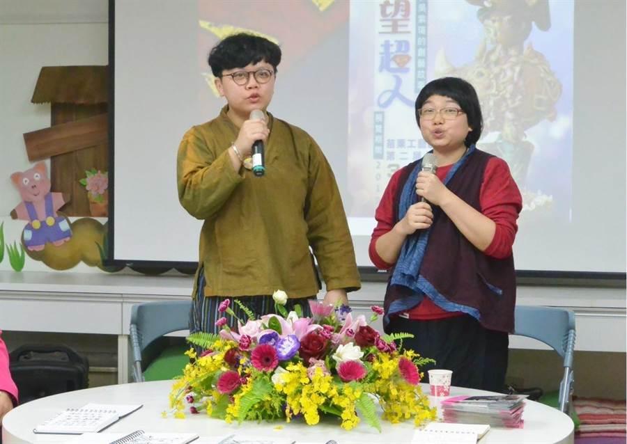 「你是我的眼,我是你的耳」是陳宣亦(右)、吳紫瑄(左)的創作寫照,兩人對生命的樂觀態度感染現場眾人。(巫靜婷攝)