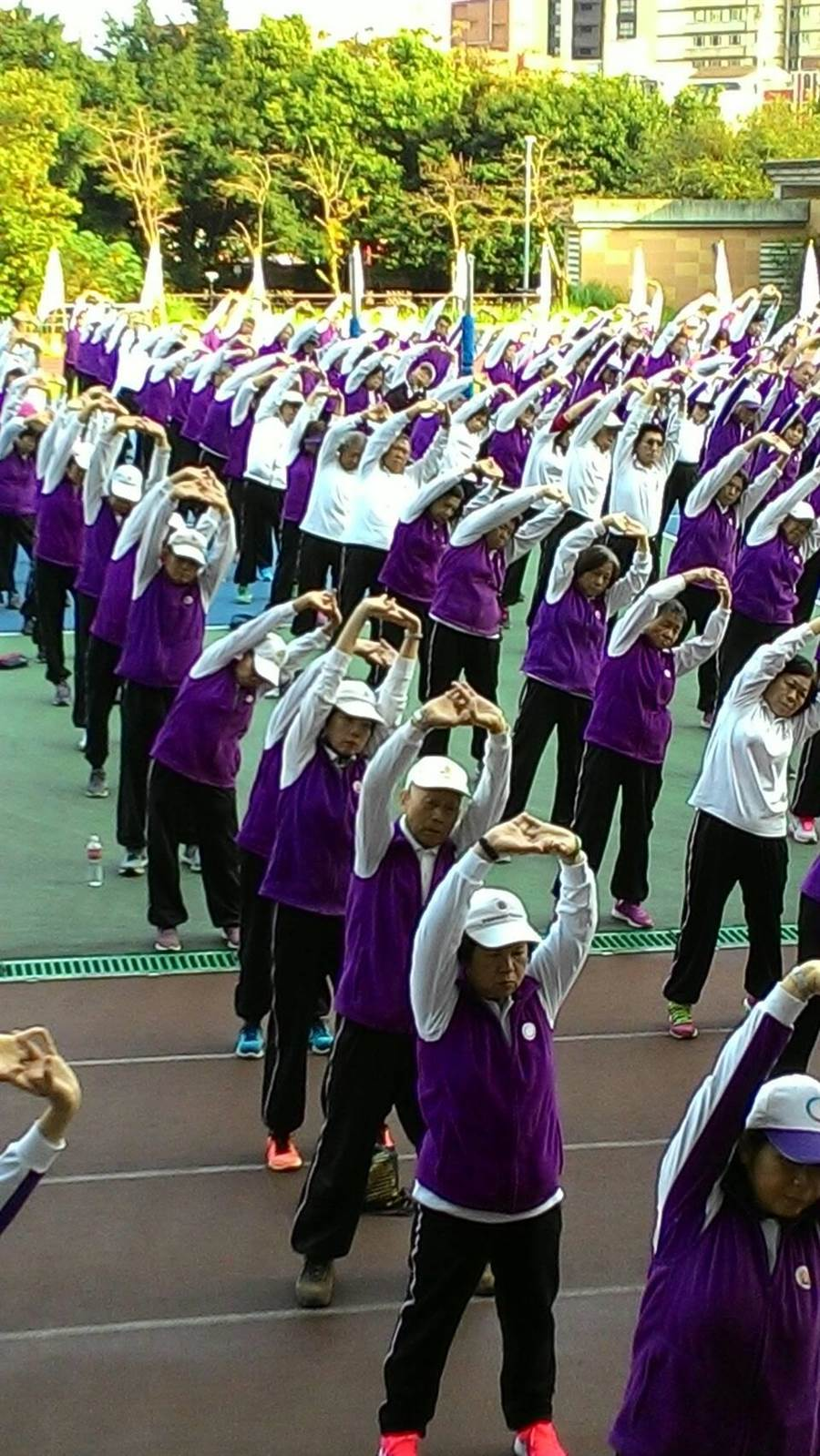 返老還童氣功協會今(13日)在新北市板橋高中盛大舉辦成立第600個練功場授旗暨千人大團練。(葉書宏翻攝)