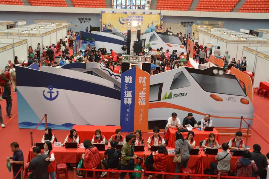 花蓮地區職訓暨就業博覽會邀請超過50家國內廠商,提供上千個就業機會。(張祈攝)