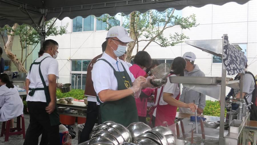 魏應充默默站在麵攤前為香客煮素食切仔麵,身手十分俐落,不到十分鐘已煮出數十碗切仔麵。(謝瓊雲攝)