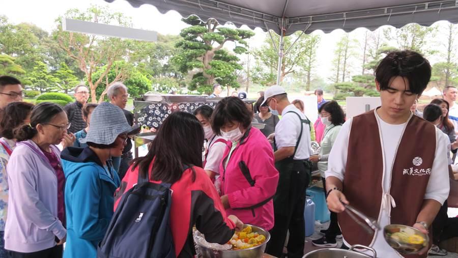 下午一場雷陣雨過後天氣轉涼、氣溫驟降,成美文化園提供的熱食大受香客歡迎,供不應求。(謝瓊雲攝)