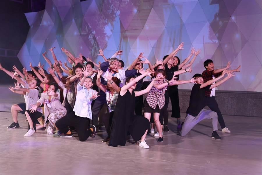 台江文化中心開幕儀式表演,讓民眾看的意猶未竟。(程炳璋攝)