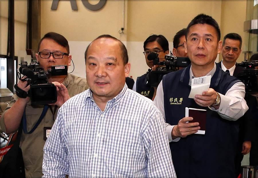 旅美大陸學者李毅(中)12日清晨遭強制出境,他表示不知道要參與遊行事情。(圖文/中央社)