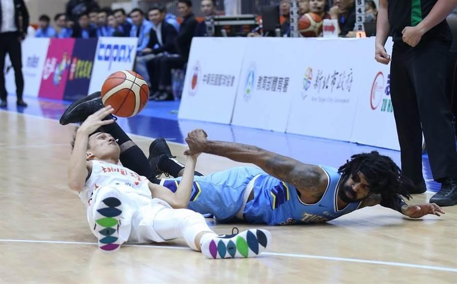達欣梅約倒在地上,仍跟璞園吳家駿積極搶球。(中華籃協提供)