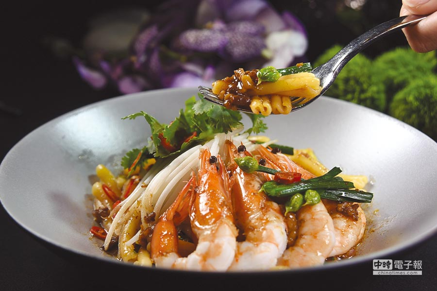 〈晶華府城肉燥〉可以用來取代義大利肉醬,自己在家動手煮好了義大利麵後淋上肉燥,再配上海蝦或肉片,就是一道東西方融合的美味麵食了。圖/姚舜