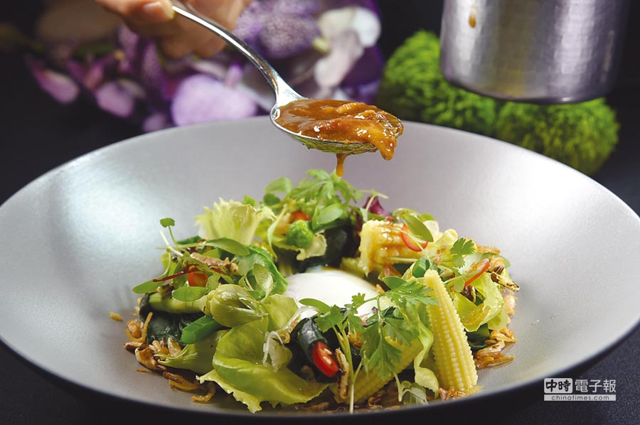 用西生菜等不同時蔬加上玉米筍與溫泉蛋作沙拉,再淋上晶華府城肉燥,可以輕鬆自己在家作出一道溫沙拉。圖/姚舜