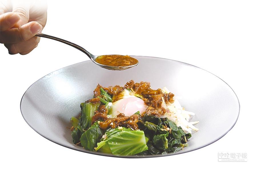 利用晶華〈府城肉燥〉拌製溫沙拉,可以用不同的時蔬作出不同的風味與口感。圖/姚舜