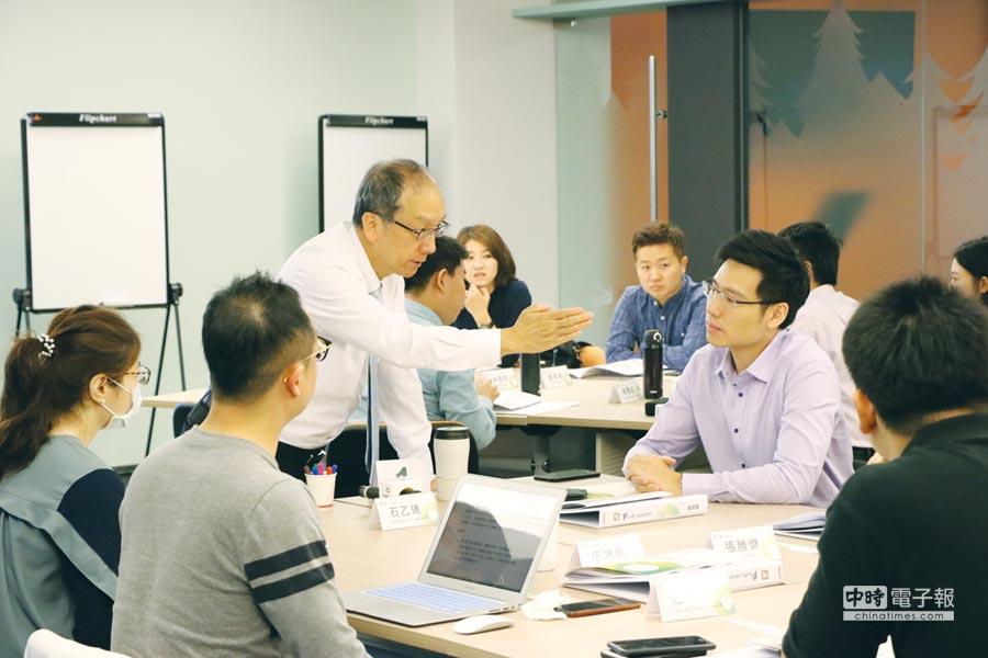 歷年來,中小企業總會邀聘緯創軟體李紹唐董事等多位國際級高階經理人,為企業二代授課。圖/全國中小企業總會提供