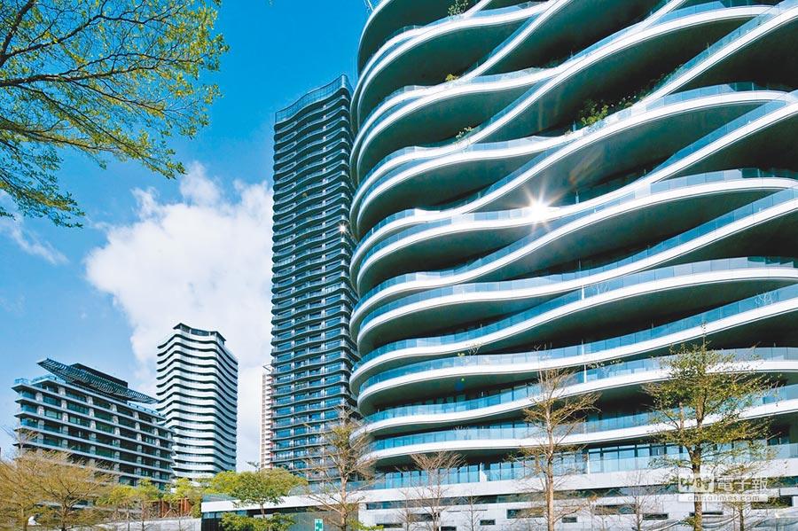 大隱開發在紅樹林一口氣推出「藍海」、「海納川」、「頤海大院」、「莫札特」等系列藝術建築,臨河景觀、加上富有韻律感的立面造型、美術館等特殊公設,吸引不少社會菁英購買。(大隱開發提供)