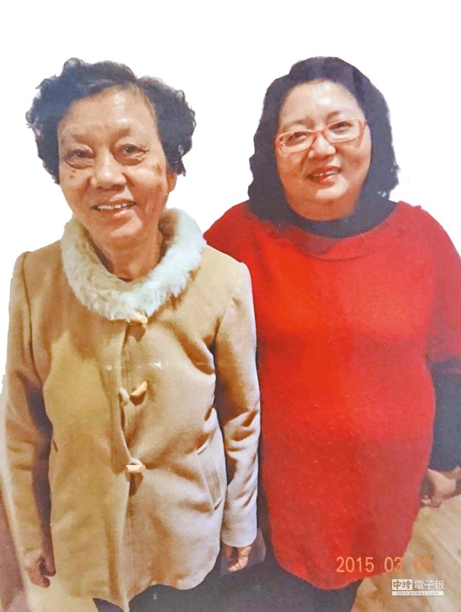 洪雅津與媽媽合影,當時的洪媽媽為輕度失智症患者。(失智症協會提供)
