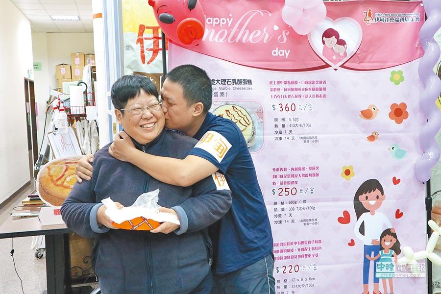 阿光(右)感謝媽媽背後支持讓他一路成長。(呂筱蟬攝)