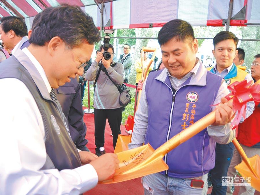 動土儀式的金鏟子大受歡迎,民眾紛紛排隊請市長鄭文燦(左)簽名助孕。(邱立雅攝)