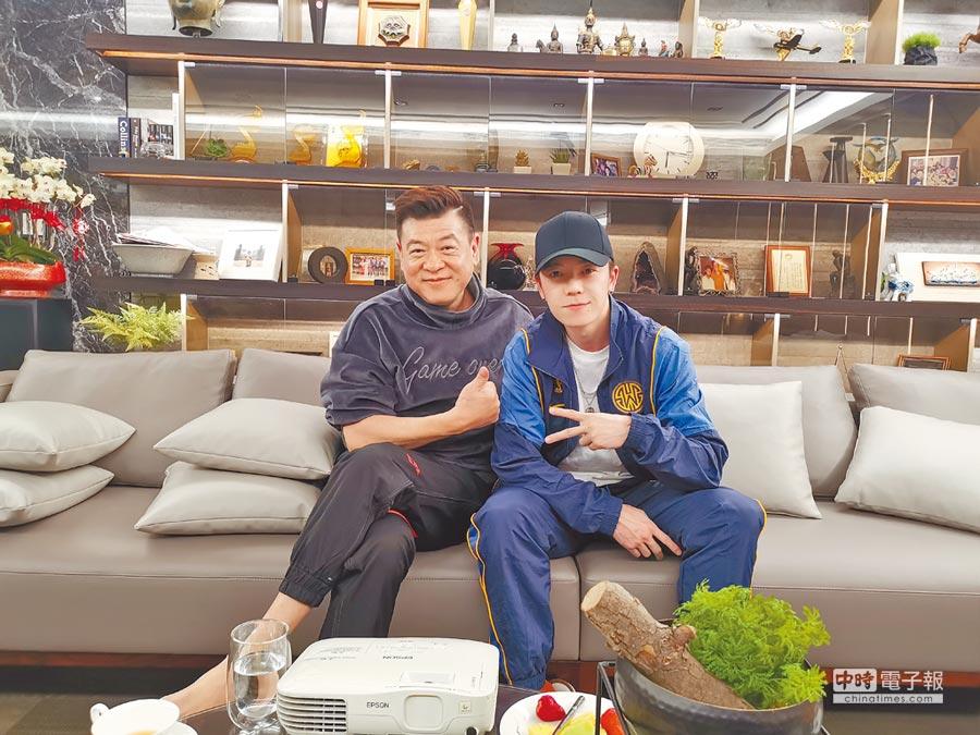 孫德榮(左)日前在台北家中招待王櫟鑫,相約下次一起合作。