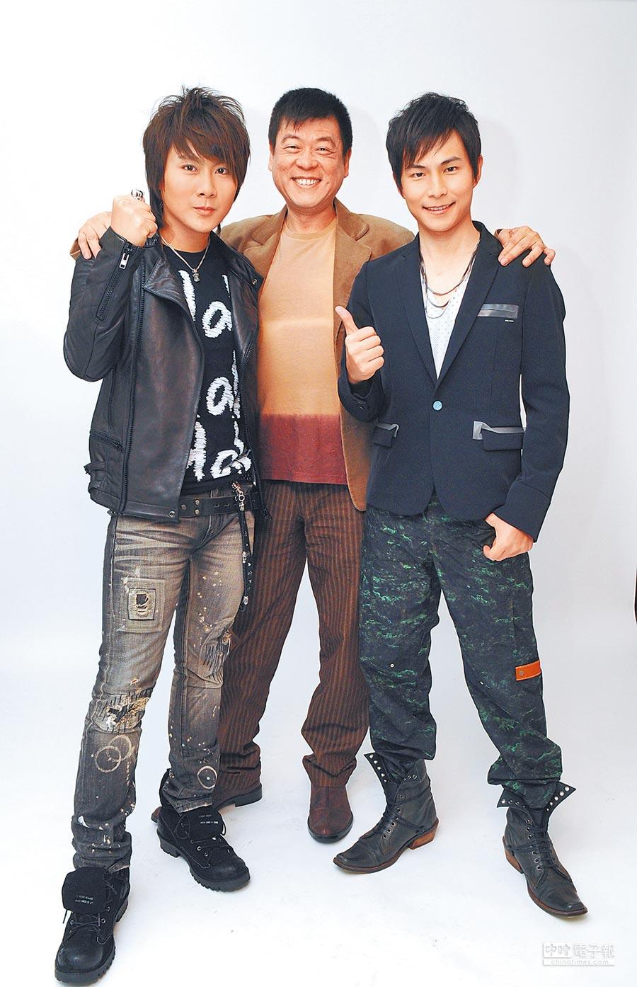 孫德榮(中)昔日成功打造5566成為當紅偶像團體,孫協志(右)和王仁甫是其中團員。(資料照片)