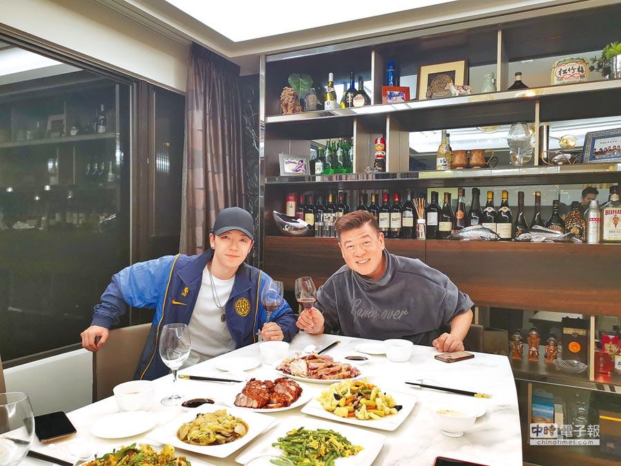 孫德榮(右)以家宴款待王櫟鑫,相談甚歡。