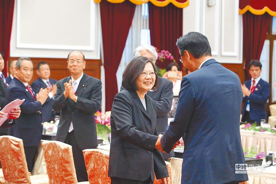 2016年10月10日,蔡英文總統(前左)在總統府與日本國會議員訪團午宴。(總統府提供)