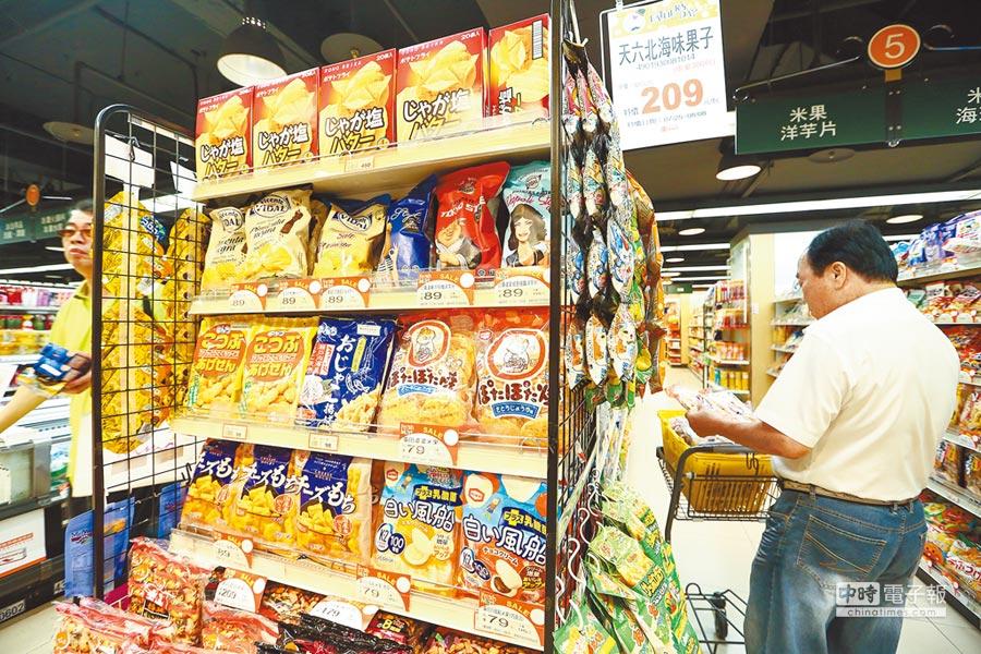 2017年8月1日,民眾前往賣場選購日本商品。業者呼籲政府正視食品安全嚴加把關再談開放。(本報系資料照片)