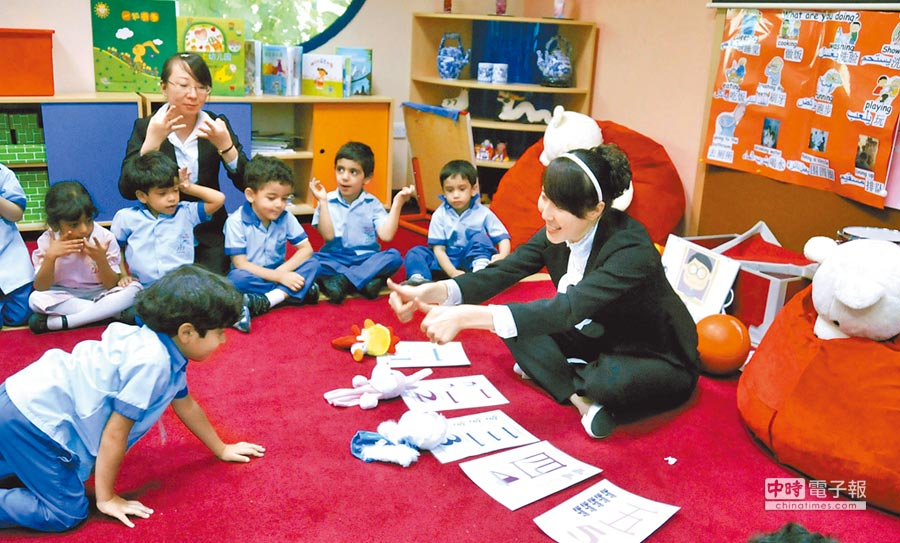 在阿聯首都阿布達比漢語班的中國老師教孩子們認識漢字。(新華社資料照片)