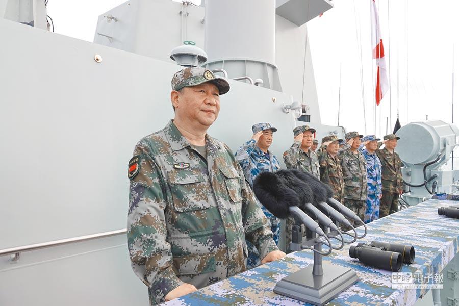 2018年4月12日,中共中央軍委主席習近平出席南海海域海上閱兵。(新華社)