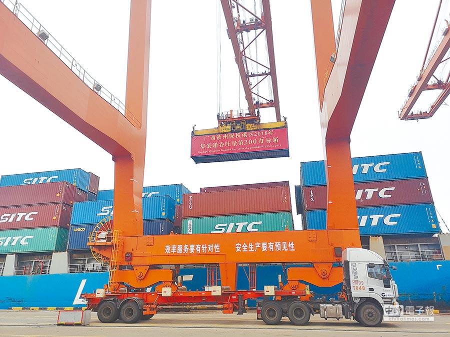 圖為貨輪正在港口裝貨。(中新社資料照片)