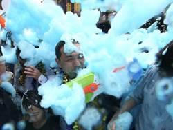 中和潑水節 彩色泡泡夢幻登場