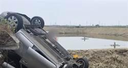 自小客撞機車衝進水溝翻覆 駕駛稱拖鞋卡住